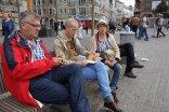 Ludzie siedzący na ławce